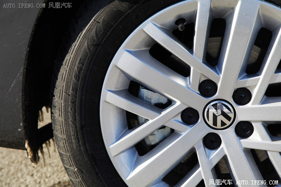 虽然从车型平台上看,全新桑塔纳是一款基于PQ25平台的产品,但因为它在原有基础上进行加长并采用了大众全新MQB 模块化造车理念,让其在车身尺寸、空间表现方面都达到了传统紧凑型车的水平。据上海大众公布的官方数据显示,全新桑塔纳的长宽高分别为4473mm、1706mm、1469mm,轴距更是达到2603mm;即便是与丰田王牌紧凑型车花冠的4555mm、1705mm、1490mm和2600mm相比,它在车身宽度和轴距方面也可以稍占上风。因为有了大尺寸的车身做基础,让全新桑塔纳在车内空间方面丝毫不逊色于绝大多数紧