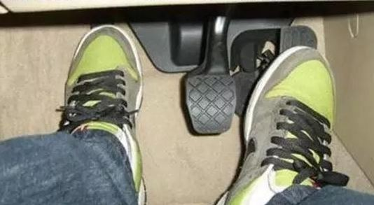 长期用这种方式开车 不出半年你的车就变成老爷车!