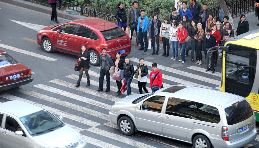 开车撞死闯红灯的行人 到底用不用赔?