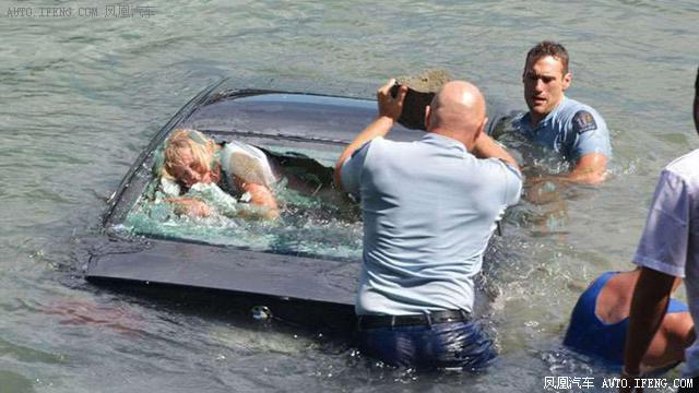 不小心把车子开进水里怎么办 记住这个可以救你命